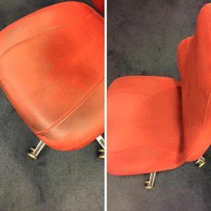 Här är en bild från ett vanligt uppdrag. Kontorsstolar i ett syntettyg som liknar mocka. Oftast så tar man i stolen när man ställer sig och sitter ner vilket gör att man torkar av sig svett och fett som man har på huden och sen fastnar smutsen i det. Det visuella intrycket blir inte bra när stolen ser svart ut och upplevs då solkig. Vi tvättade dessa stolarna på plats hos kunden och fick rent dom. Alla glada!